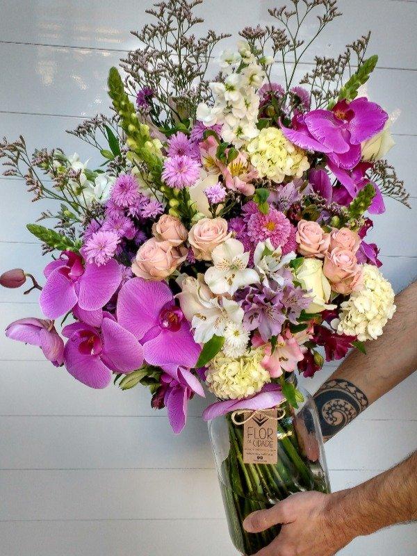 arranjo especial de flores com orquídeas