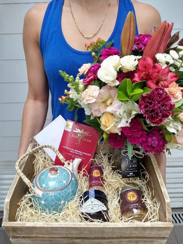 Kit de presente com um lindo arranjo de flores, um maravilhosos bule de chá em cerâmica decorada, chocolate, chá de jasmim, thai masala e uma deliciosa geléia.