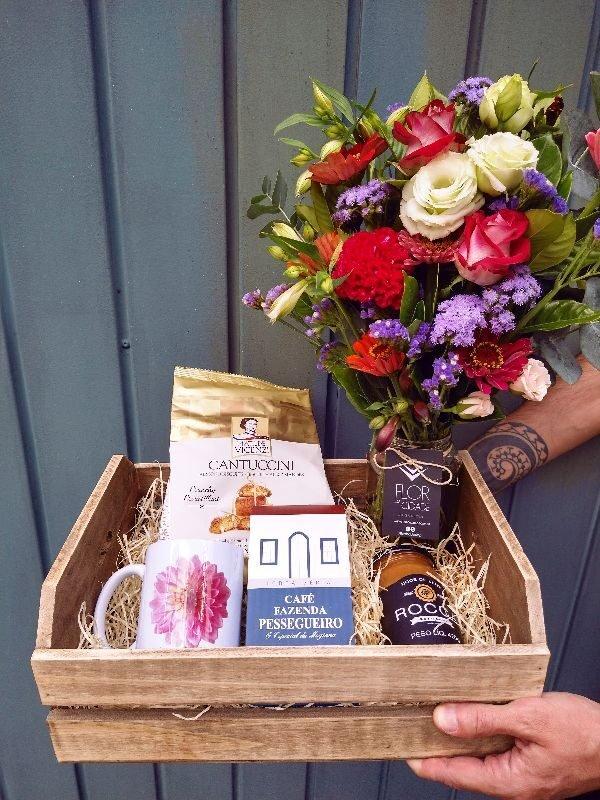 cesta especial de presente com café + flores
