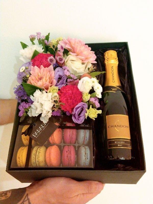 caixa de presente premium contendo flores + meia garrafa de espumante + caixinha de macarons
