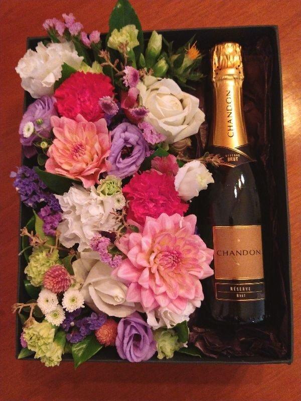 caixa de presente premium contendo flores + meia garrafa de espumante